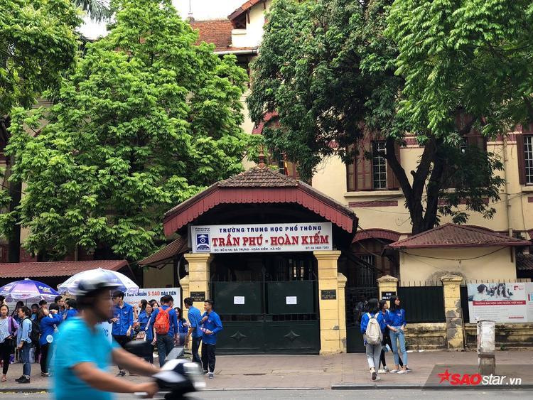 Một điểm thi tại THPT Trần Phú - Hoàn Kiếm có đông đúc đội sinh viên tình nguyện đứng chốt trực để giúp đỡ thí sinh và phụ huynh.