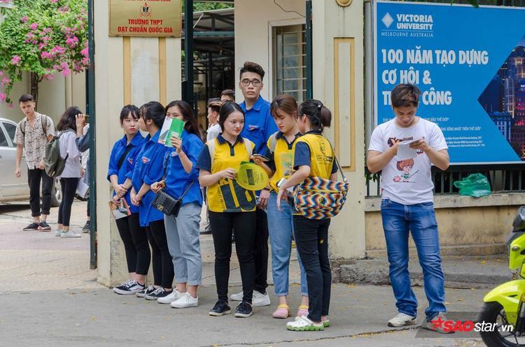 Sinh viên tình nguyện túc trực ở cổng trường suốt buổi chiều.