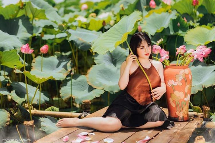 Mới đây, bộ ảnh mới của cô bạn Võ Thị Thu Trang (sinh năm 2000, Hải Dương) gợi cảm trong trang phục áo yếm dưới tiết trời nóng nực được chia sẻ khiến dân mạng thích thú.