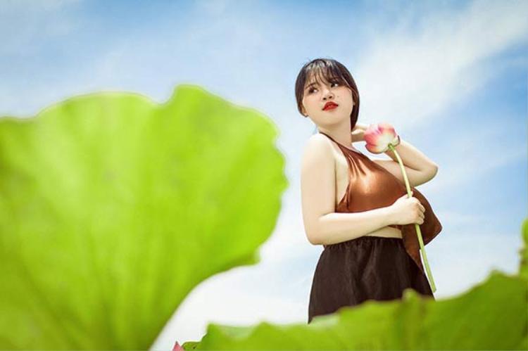 Võ Thị Thu Trang, cô nữ sinh sinh năm 2000 từng khiến dân mạng chú ý bởi ngoại hình đặc biệt với vòng ngực 110cm. Dù nhận được khá nhiều ý kiến trái chiều về vòng 1 khủng của mình, Trang vẫn chưa một lần than phiền hay buồn tủi về ngoại hình quá cỡ của mình.