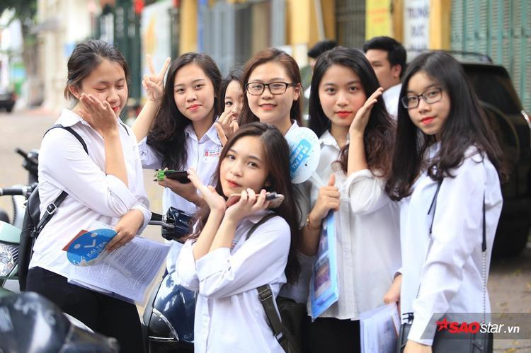 Nhóm bạn dễ thương, xinh xắn với bộ đồng phục học sinh vừa trải qua ngày làm thủ tục dự thi.