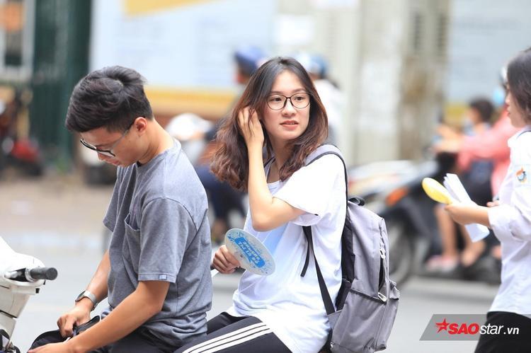 Nét đẹp mộc mạc của các nữ sinh luôn khiến người khác phải rung động. Ảnh ghi nhận tại cổng trường THPT Trần Phú.