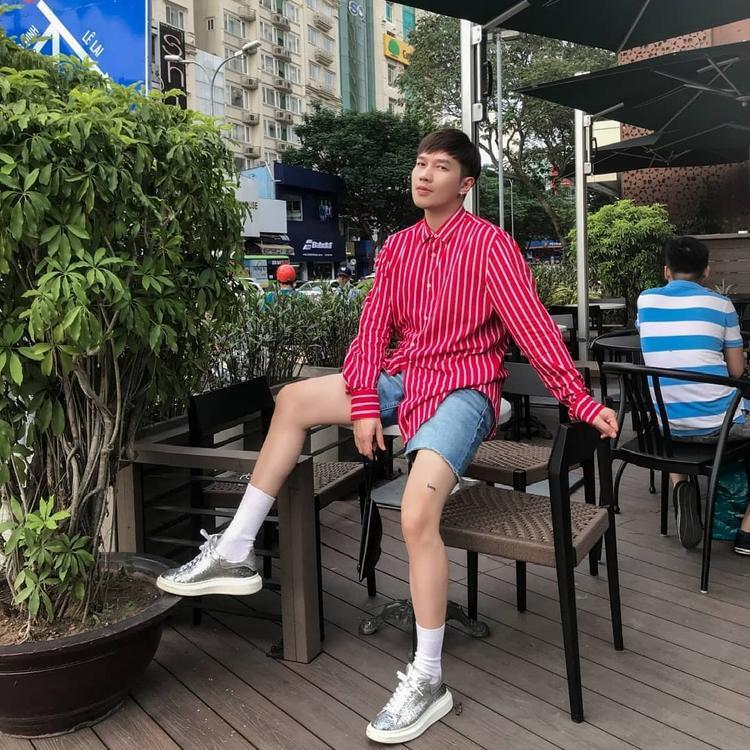 """Chiếc áo phom rộng mang gam màu đỏ nổi bật là cách để stylist Lê Minh Ngọc trở nên """"bừng sáng"""" giữa nắng hè."""
