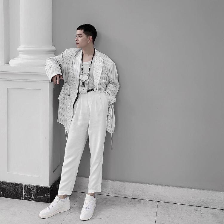 Mặc combo trang phục tuyền một màu trắng, không thể phủ nhận Kelbin Lei thật sự biết cách lôi kéo sự chú ý của khán giả về mình.