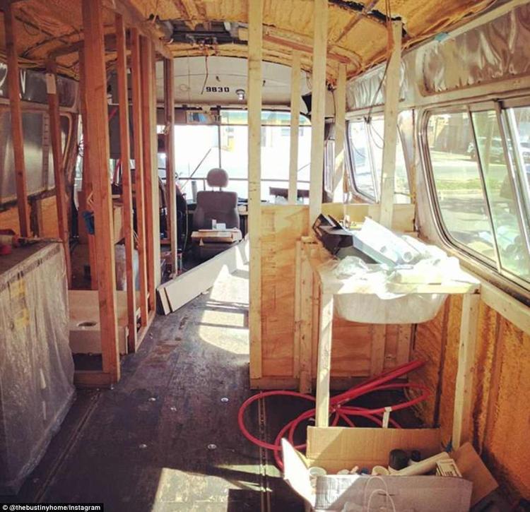 Chiếc xe buýt trong quá trình tân trang.