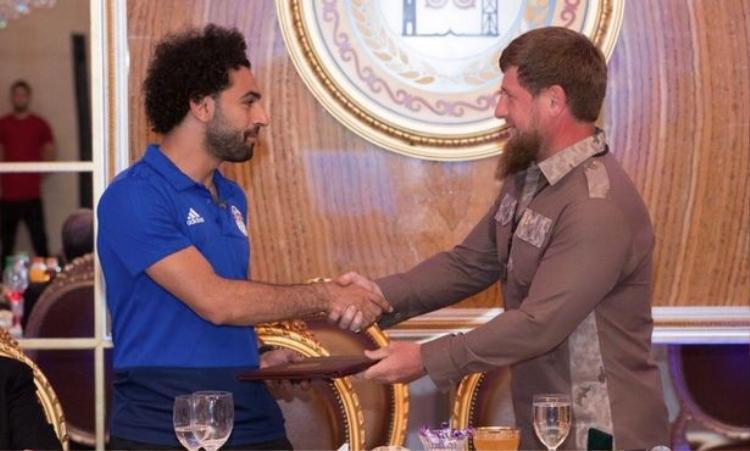 Hình ảnh thân mật giữa Salah và nhà lãnh đạo Chechnya. Ảnh: Twitter.