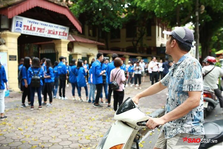 Khi cổng trường khép lại, phía sau chỉ còn phụ huynh và sinh viên tình nguyện.