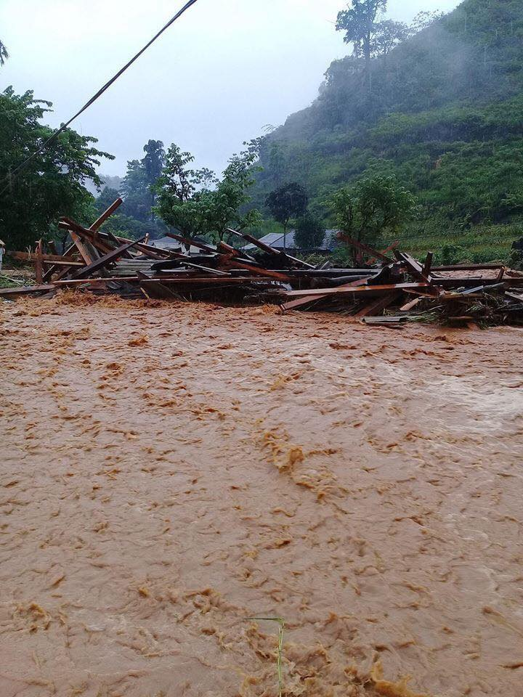 Mưa lũ khiến nhiều ngôi nhà bị sập, nước cuốn trôi.
