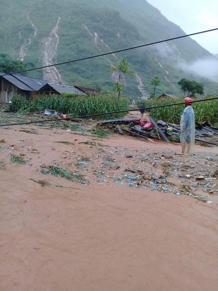 Nhiều nhà cửa và tài sản của người dân bị cuốn trôi,và bị đất đá, vùi lấp.