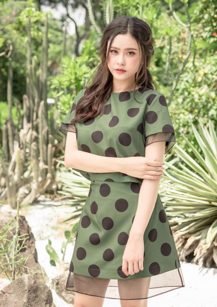 Mới đây, Trương Quỳnh Anh vừa thực hiện bộ ảnh mới với các thiết kế váy xòe nhẹ nhàng. Người đẹp bắt ngay xu hướng màu hè cùng họa tiết chấm bi đơn giản, tinh tế.