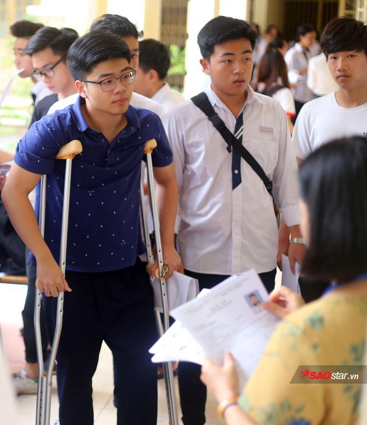 Nam sinh THPT Việt Đức chuẩn bị vào phong thi trong buổi thi Ngữ văn sáng 25/6