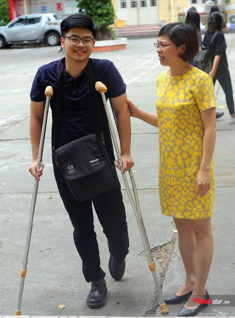 Phan Ngọc Long được mẹ đưa đến phòng thi trong buổi làm thủ tục chiều 24/6