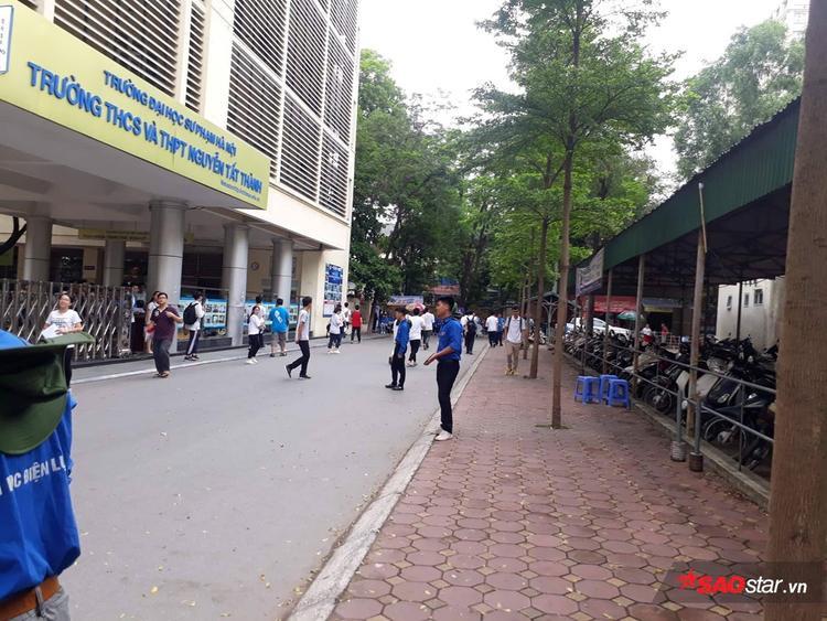 Quang cảnh trường THPT Nguyễn Tất Thành lúc 9h30.