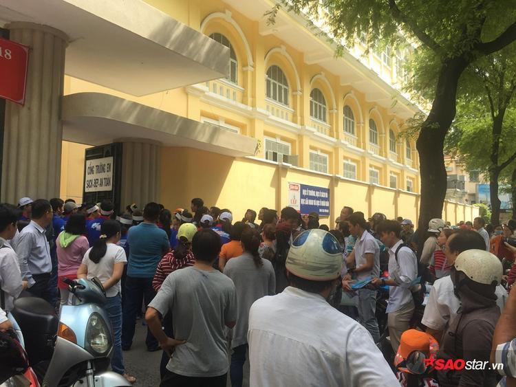 Trước cổng trường, rất đông phụ huynh đứng chờ.