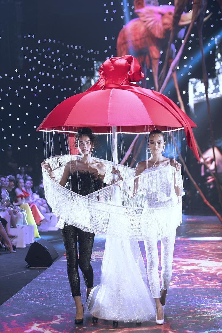 Một trong những điểm nhấn ấn tượng ở show diễn này là các mẫu thiết kế nằm trong bộ sưu tập haute couture.