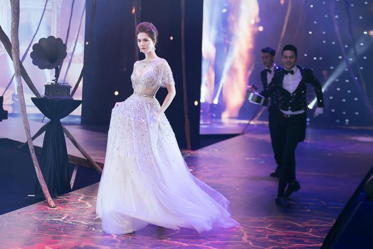 """Trong màn trình diễn, """"nữ hoàng nội y"""" Ngọc Trinh hoá công chúa lọ lem với chiếc váy dạ hội trắng được đính kết khéo léo."""