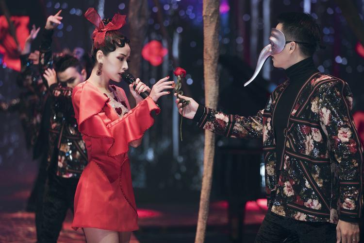 Sự xuất hiện của Chi Pu khi mang phiên bản remix của hit Đoá hoa hồng lên sàn diễn catwalk. Màn trình diễn sôi động của Chi Pu khiến sân khấu bùng nổ.