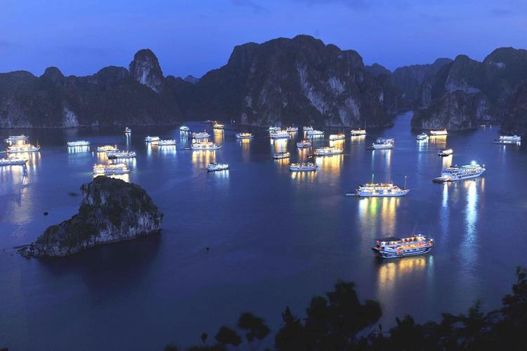 Tận hưởng mùa hè sang chảnh trên du thuyền đẹp lộng lẫy ngay giữa Vịnh Hạ Long