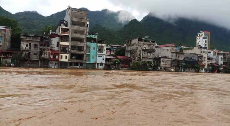 Nhiều tuyến đường ở Hà Giang bị chia cắt.