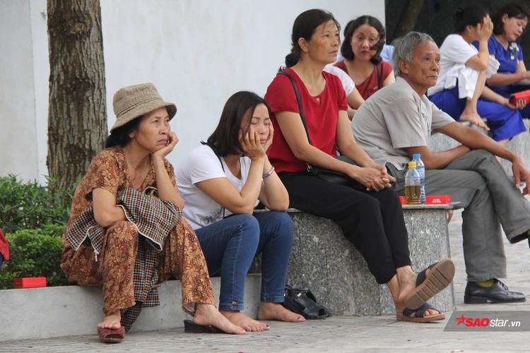 Gác lại mọi công việc để đưa con đi thi, nhiều phụ huynh ở Hà Nội kiên nhẫn đứng đợi con bên ngoài các điểm trường. Có rất nhiều sĩ tử đến điểm thi từ sớm trong tâm trạng hồi hộp. Phụ huynh đồng hành cùng các sĩ tử cũng đứng ngồi không yên vì lo lắng.