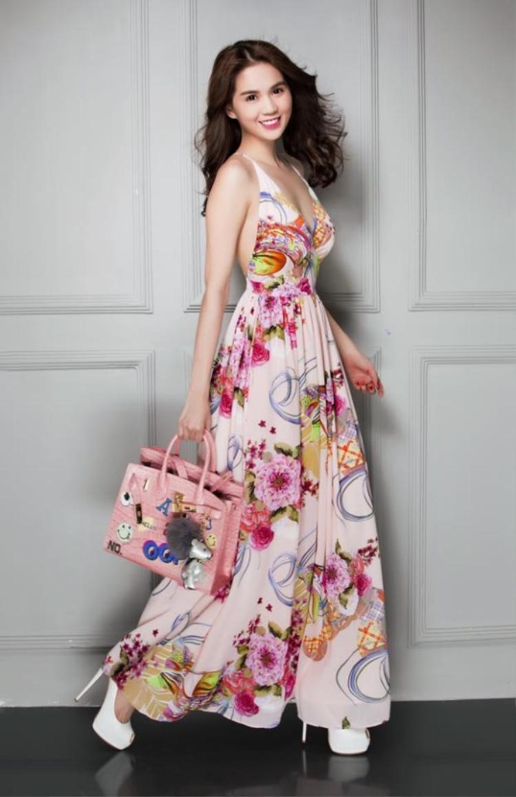 Maxi với màu sắc và họa tiết rực rỡ sẽ giúp các cô gái thêm phần điệu đà và nổi bật.