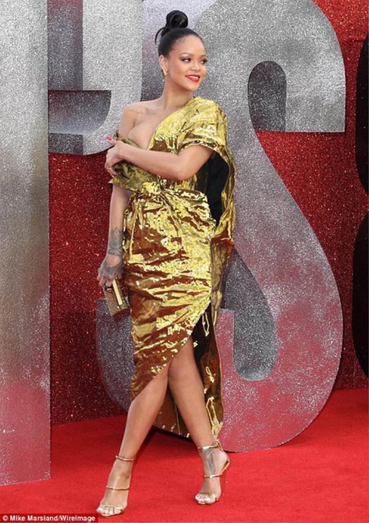 Không chỉ sao Việt, sao ngoại cũng mắc lỗi ăn mặc trong tuần qua. Rihanna xuất hiện trên thảm đỏ với bộ váy nhăn nhàu đến nỗi, nhiều ý kiến cho rằng bộ cánh không khác gì được làm từ mảnh giấy gói quà.