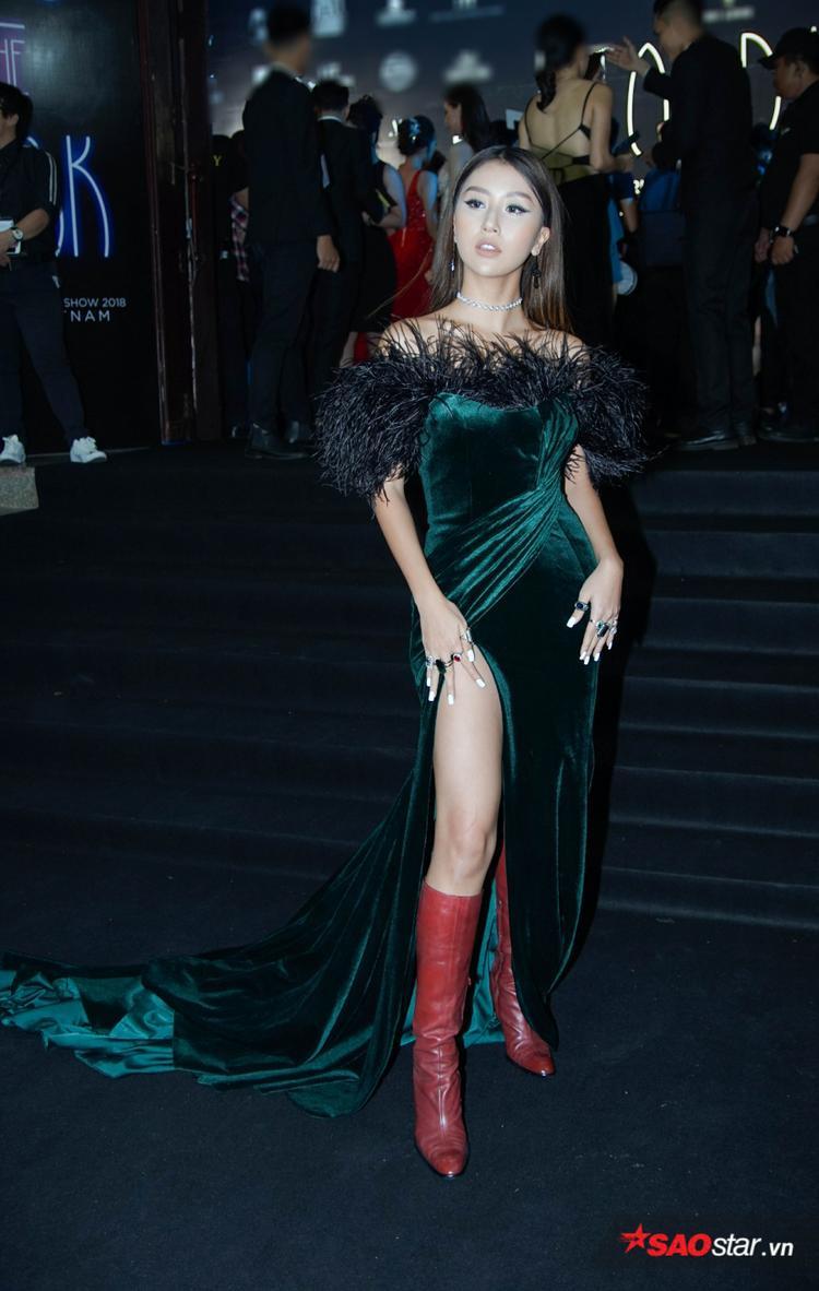 Chiếc váy rất đẹp nhưng việc mix cùng đôi boots đỏ chóe đã khiến Quỳnh Anh Shyn trông thấp đi đáng kể.