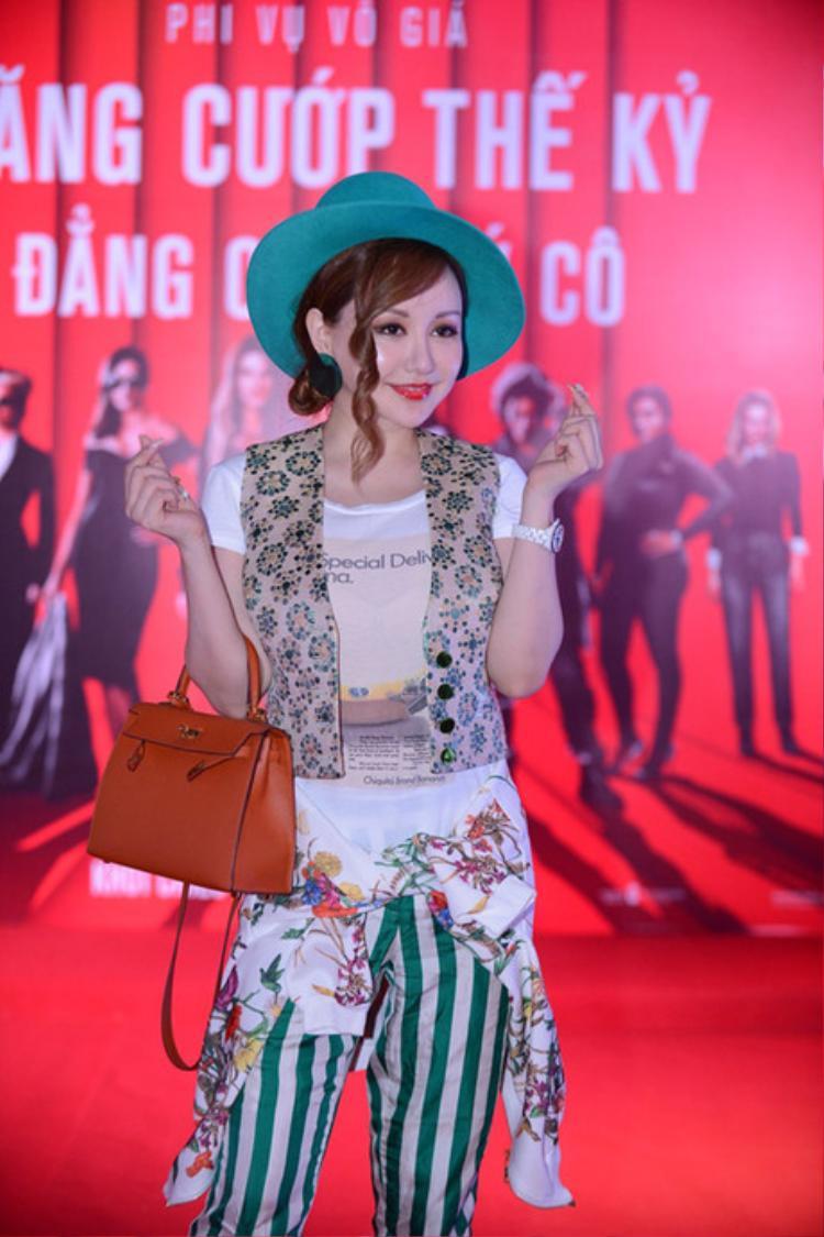 MC Việt Nga tiếp tục khiến nhiều người lắc đầu với set đồ rối mắt, tham lam chi tiết.