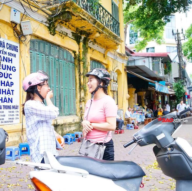 Sĩ tử ở điểm thi THPT Trần Phú tươi cười kể về bài thi với phụ huynh.