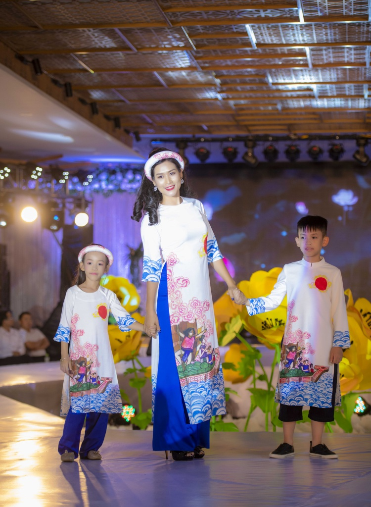 Chị Nguyệt 'Phía trước là bầu trời' bất ngờ diễn thời trang cùng hai con yêu
