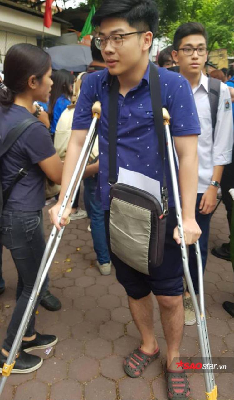 Hình ảnh cậu bạn bị thương ở chân chống nạng đến cổng trường thi được nhiều người chú ý.