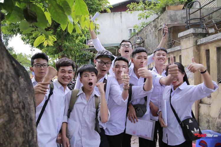 Nhóm học sinh hào hứng sau khi hoàn thành tốt bài thi môn Ngữ Văn. Chúc các em tự tin hoàn thành tốt các bài thi tiếp theo để chạm đến ước mơ sau cảnh cổng giảng đường đại học.