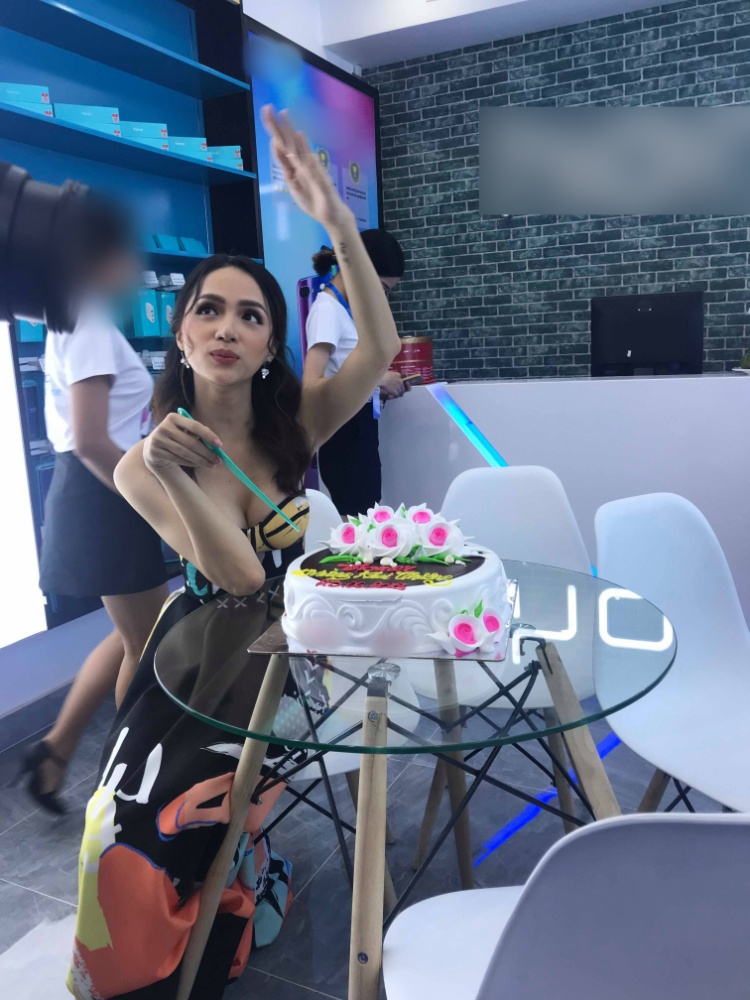 Hương Giang hào hứng khi được tổ chức sinh nhật.