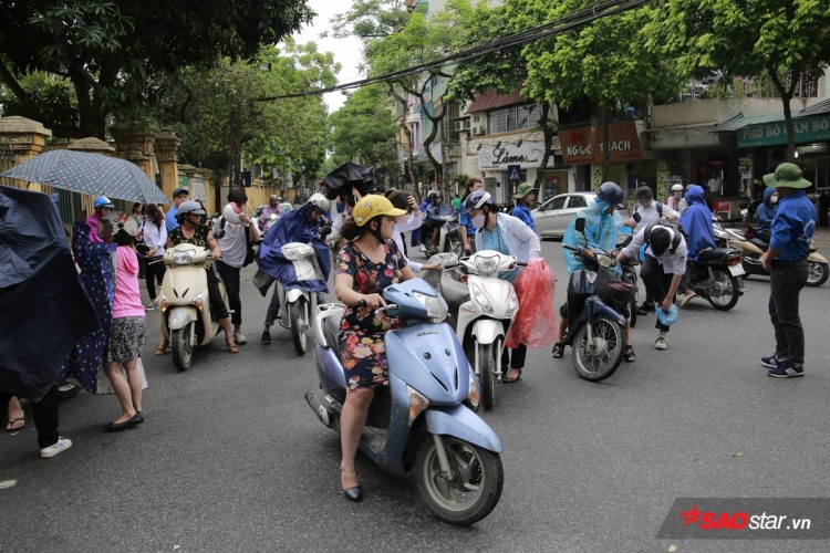 Quang cảnh trước điểm thi Trần Phú.