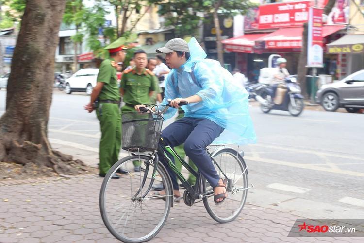 Sĩ tử đạp xe phóng như bay tới điểm thi THPT Việt Đức. Ảnh: Tùng Chi.