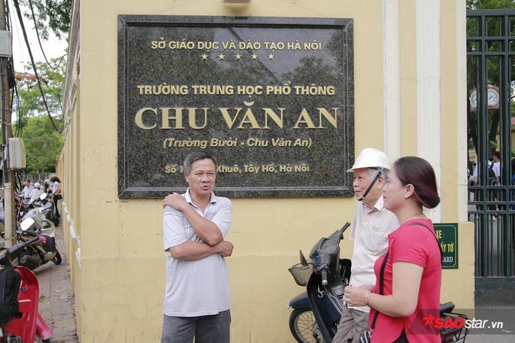 Phụ huynh ở điểm trường THPT Chu Văn An ở lại đợi con em thi xong mới ra về.