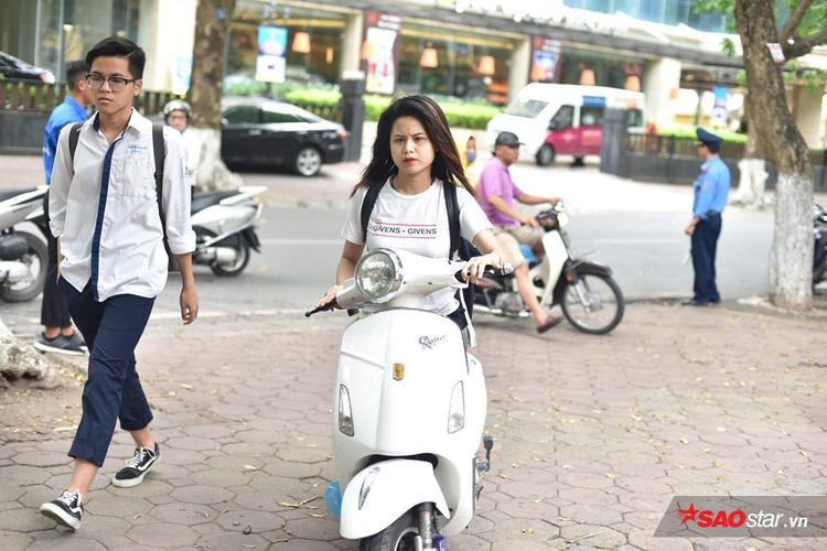 Sát giờ thi môn Toán, Hà Nội bất ngờ đổ mưa, nhiều thí sinh co cẳng chạy cấp tốc vào phòng thi vì sắp muộn giờ