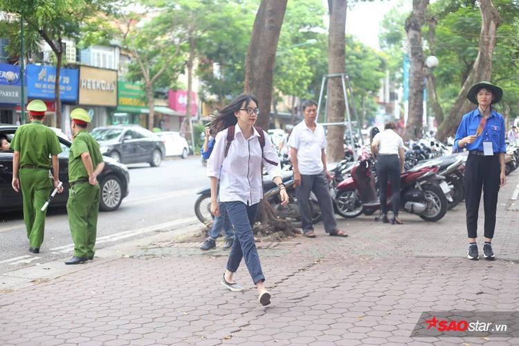 Điểm thi ở Trần Phú cũng có nhiều bạn đến muộn sát giờ phát đề thi.