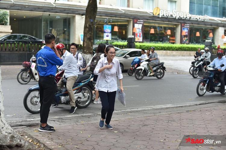 Khung cảnh trước cổng trường Phan Đình Phùng lúc 14h15.
