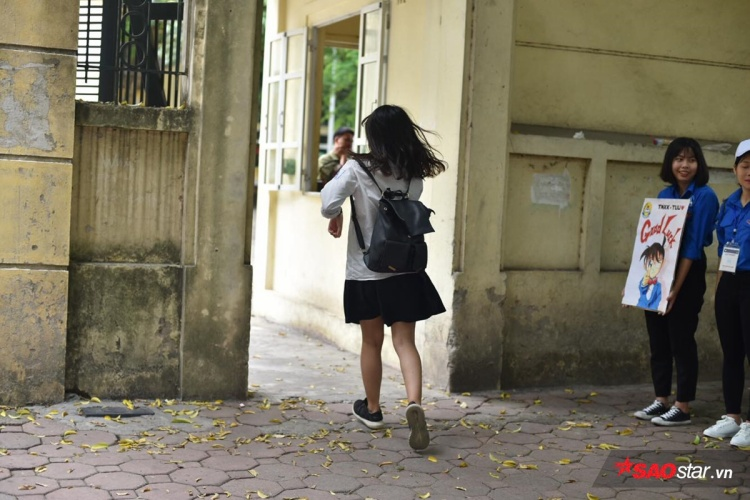 Thí sinh hớt hải chạy vào trường Phan Đình Phùng.