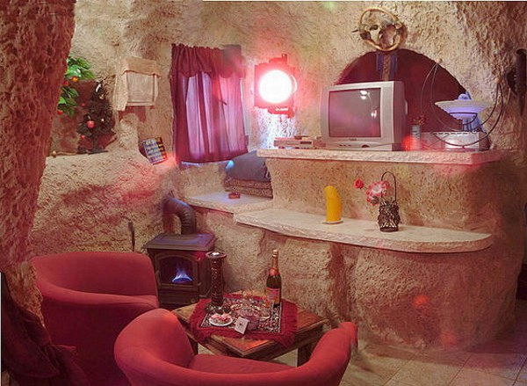 Hơi thở hiện đại hiếm hoi của căn nhà là chiếc ti vi và những bóng đèn mang ánh sáng hiện đại.