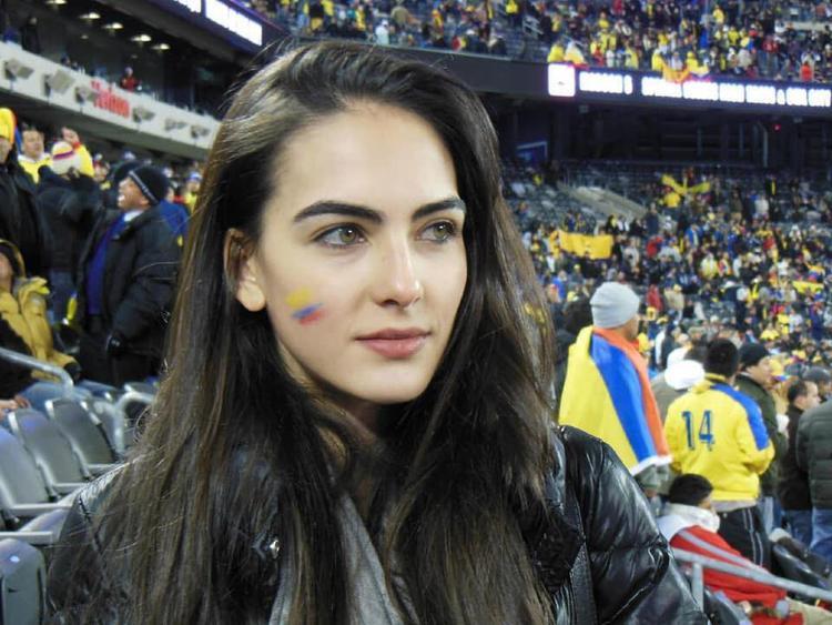 Hình ảnh xinh đẹp của nữ cổ động viên Colombia này đã chứng minh: Không cần hở hang, bạn vẫn có thể tỏa sáng!