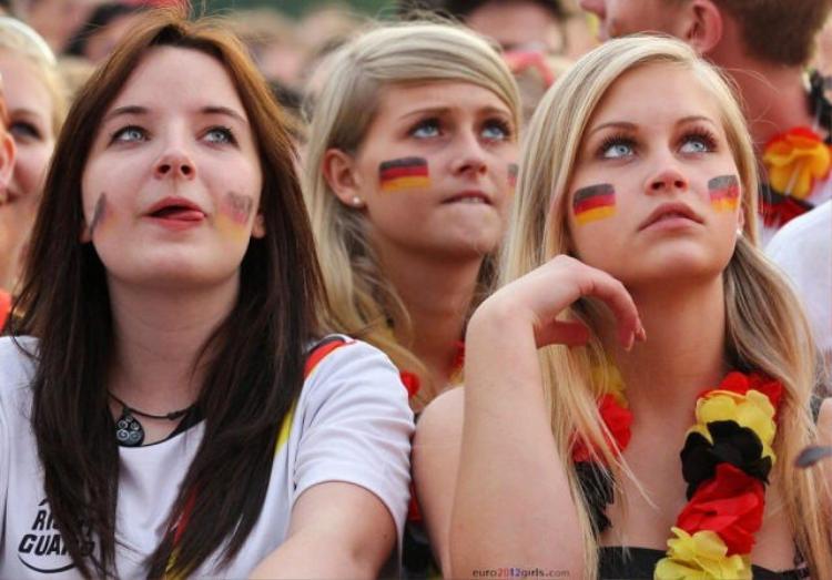 Nữ cổ động viên của Đức cuốn hút với làn da trắng đặc trưng
