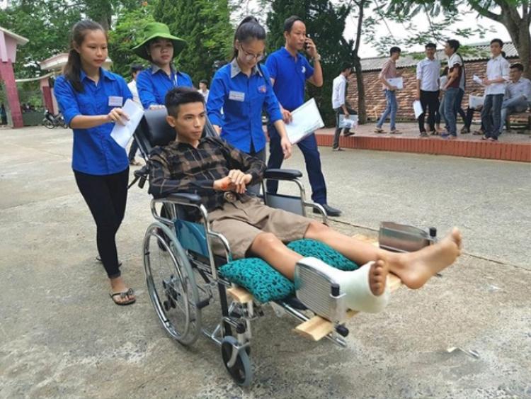 Thí sinh bị gãy chân được các tình nguyện đưa đến.