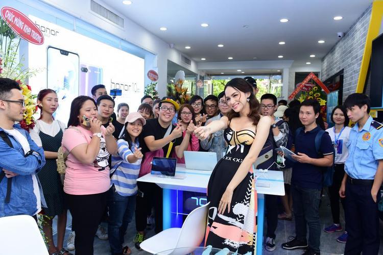 Tại sự kiện ra mắt cửa hàng, các bạn trẻ phấn khích trước sự xuất hiện của Hương Giang idol. Nàng hậu ghi điểm trước fan với hàng loạt hoạt động tương tác thân thiện, đáng yêu.