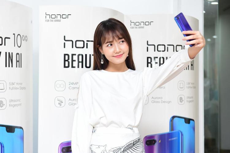 Nhung Gumiho cũng tham gia tại sự kiện và thử selfie bằng cameara của Honor 10 - một sản phẩm hot nhất hiện nay của Honor.