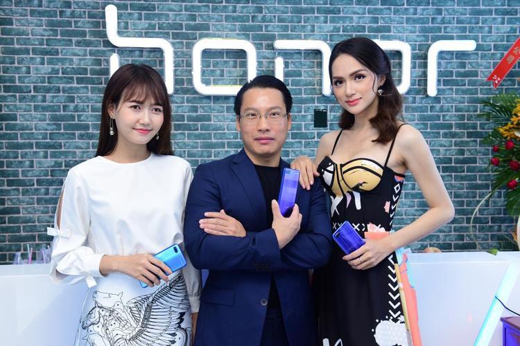 Ông Akin Li - Chủ tịch Honor khu vực Đông Nam Á chụp hình cùng Hoa hậu Hương Giang và Nhung Gumiho.