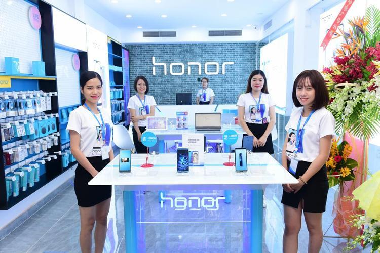 Hoa hậu Hương Giang duyên dáng tham dự sự kiện ra mắt cửa hàng công nghệ mới