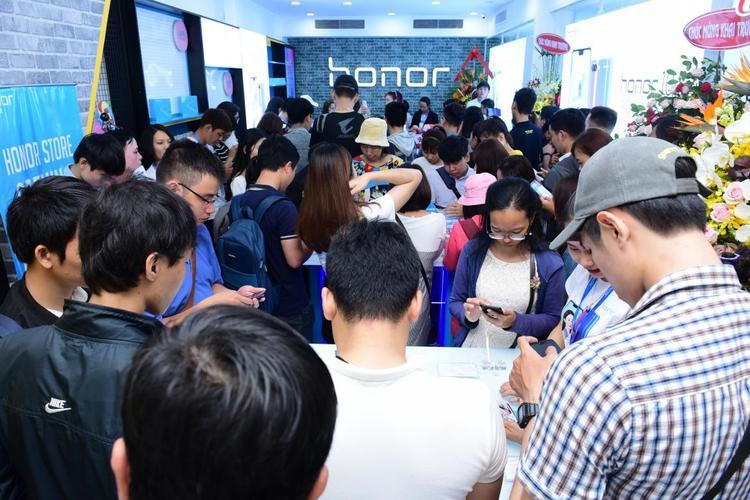 Rất đông khách tham quan cửa hàng trải nghiệm Honor vào ngày khai trương.
