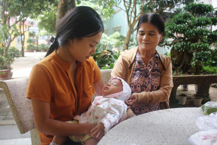 Siu H'Đanila địu con vượt cả 100 km để đến điểm thi. Ảnh: Dân Việt.